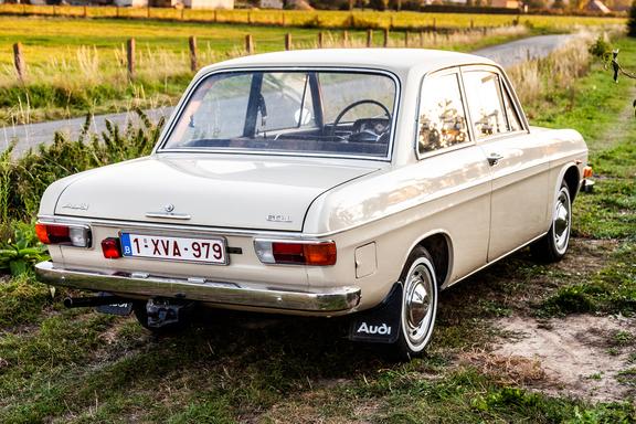 Oldtimerverhuur-wagen-audi-60L-12.jpg