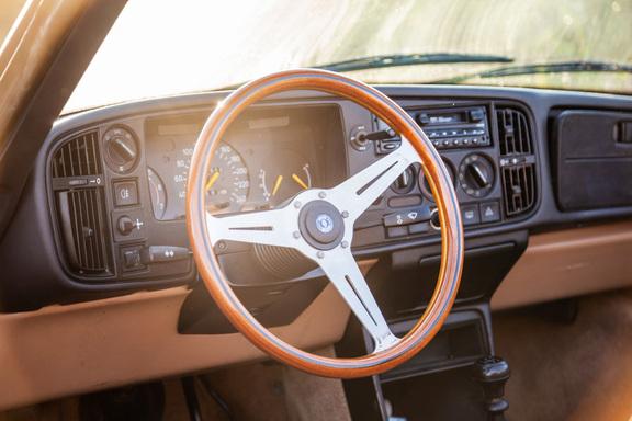 Oldtimerverhuur-wagen-saab-900-cabrio-1.jpg